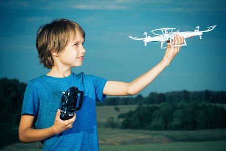 niños jugando videojuegos: Niño jugando con drone al aire libre. Foto de archivo
