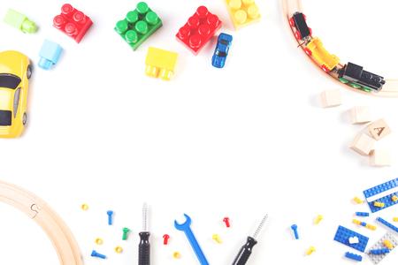 白い背景の上の子供のおもちゃフレーム。平面図です。フラットが横たわっていた。