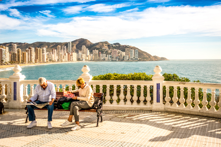 BENIDORM, SPANJE, 14 DECEMBER, 2017: Eldery-paar ontspant zitting op de bank in Mediterraan Balkon in Benidorm, Spanje