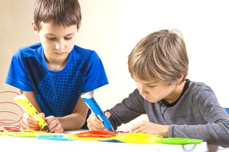 Children creating with 3d printing pen Foto de archivo