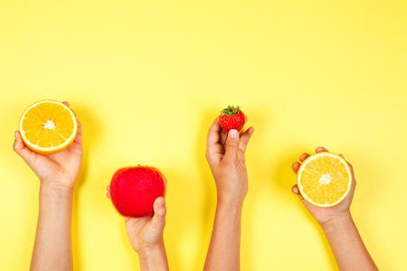 健康的な食品のコンセプト。多くの子供たちは、フリットと手を握ります。トップビュー 写真素材