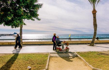 Benidorm, Spanje - 14 januari 2018: Mensen wandelen genieten van vakantie in de buurt van de zee, Benidorm, Spanje.
