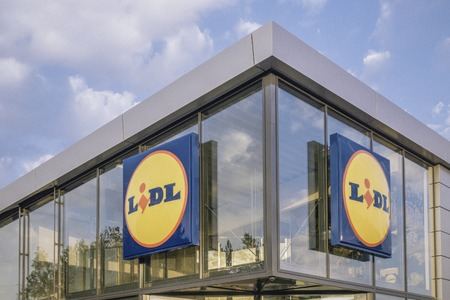 Vilnius, Lithuania- September 21, 2018: Lidl supermarket logo on new modern glass store facade Reklamní fotografie - 111811291