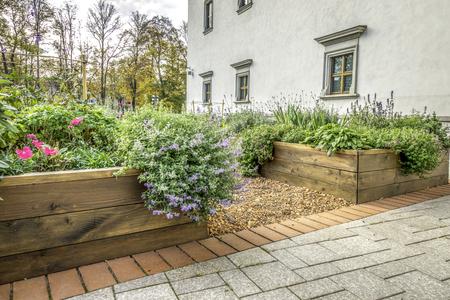 Überfallene Beete in einem städtischen Garten, der Pflanzen Kräuter Gewürze Beeren und Gemüse anbaut