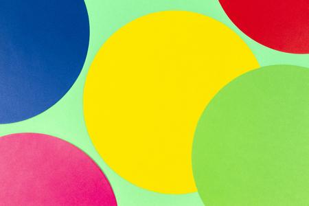 Fondo astratto della carta di colore. Composizione geometrica a forma di cerchio rotondo multicolore su sfondo verde chiaro