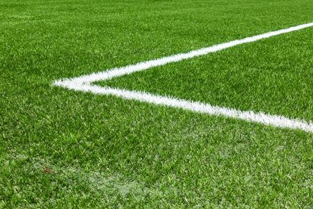 Grüner Kunstrasen-Fußballsportplatz mit weißer Eckstreifenlinie