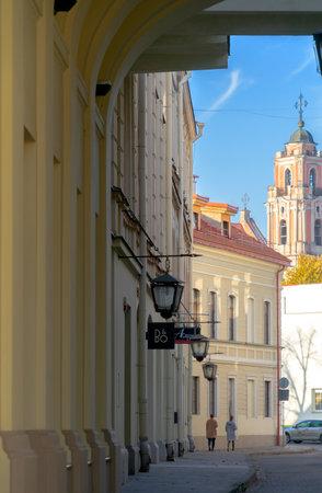 Vilnius, Lithuania - 16 October, 2019: Beautiful Vilnius oldtown street, Lithuania Redactioneel