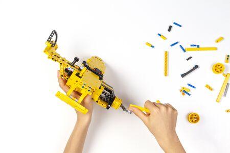 Kinderhände machen Bauflugzeug. Robotik, Lernen, Technologie, Stammunterricht für Kinderhintergrund Standard-Bild