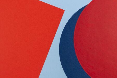 Fondo della composizione della geometria della carta di colore rosso e blu navy