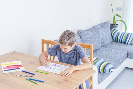 Quarantine at home during coronavirus pandemic. Kid drawing picture with words Stay at home. Social media campaign for coronavirus prevention Banque d'images