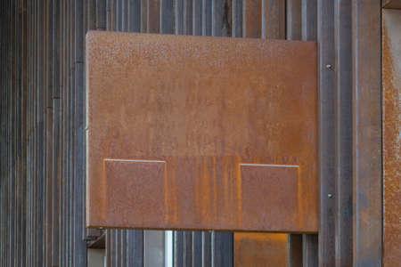 Modern grunge blank rust metal mockup template signboard. Mock up of store, shop, office, bar signage on rusty metal wall 免版税图像