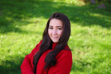 arboleda: hermosa mujer asiática en capa roja Foto de archivo