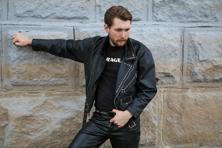 Handsome bearded man in black leather jackets Banque d'images