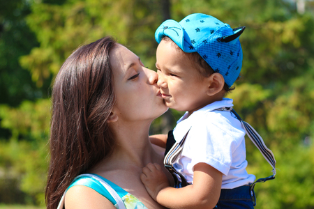 Happy young mother kisses her little son Banque d'images
