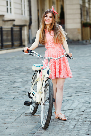 blonde woman with long hair with vintage bike Banque d'images