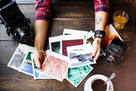 Vue de dessus des mains des femmes tenant des photos imprimées
