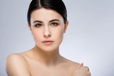 Chica de pelo oscuro con maquillaje en el estudio