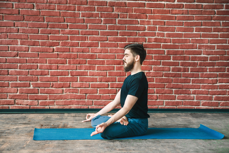 Attractive man doing yoga 版權商用圖片 - 122403290