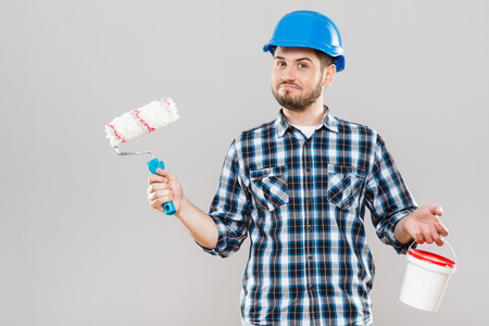 Man holding brush and paint in can Standard-Bild - 122277847