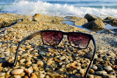 Black sunglasses at sea background Standard-Bild - 122488829