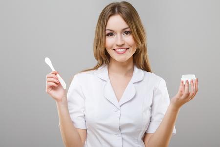 Hermosa enfermera en bata médica blanca