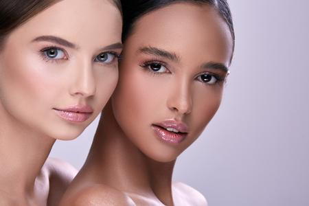 Nahaufnahmeportrait von zwei schönen Frauen