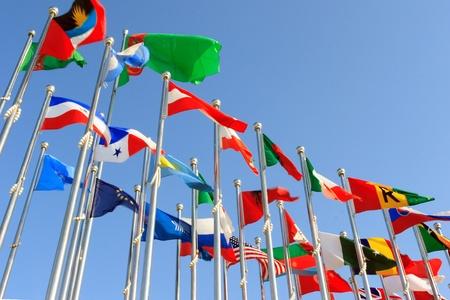 さまざまな国の旗は青い空を背景一緒に団結