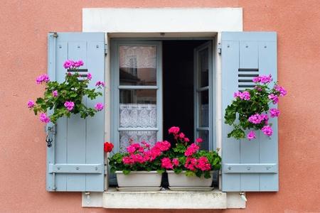 시골집: 윈도우 박스 꽃꽂이, 부르고뉴, 프랑스 스톡 사진