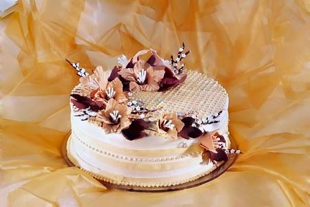 decoracion de pasteles: Hermoso pastel de bodas decorado con un ramo de flores Foto de archivo