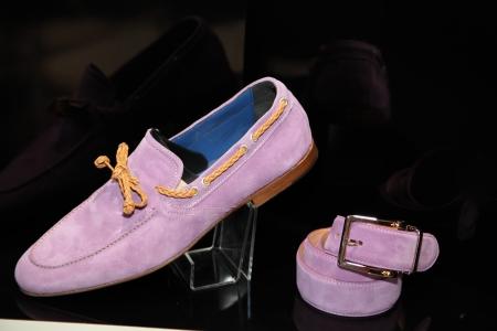 suede belt: Un hombre soltero de zapatos de gamuza y el cintur�n