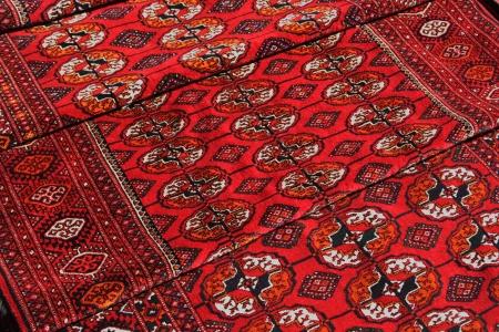 Wenige handgefertigte Teppiche mit traditionellen Schmuck. Turkmenistan. Aschchabad Markt. Standard-Bild