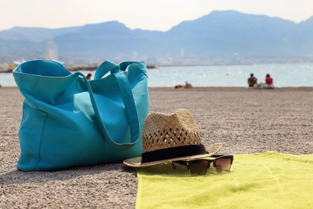 Hat, beach bag and the glasses on the rug Standard-Bild