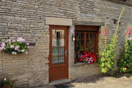 Die Fassade des Hauses mit Blumen, Burgund, Frankreich dekoriert