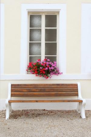 Fenster mit Blumen, Burgund, Frankreich dekoriert