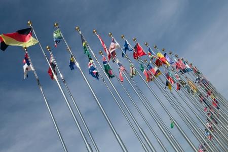 Verschiedene Länder Fahnen zusammen gegen blauen Himmel vereint