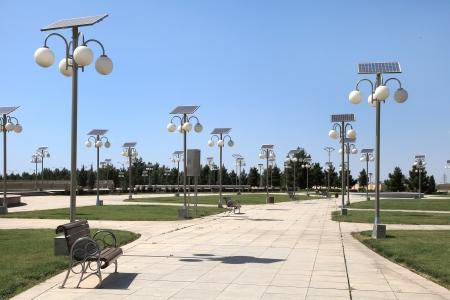 Steegje in het park met een zonne-energie lantaarns Stockfoto