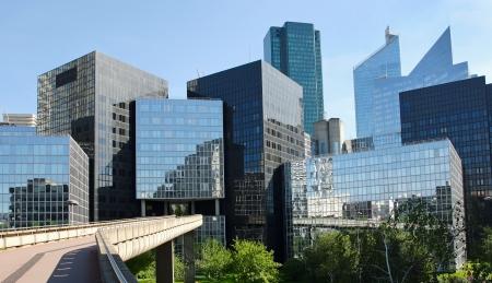 Les bâtiments modernes dans le quartier des affaires de La Défense à l'ouest de Paris, France. Banque d'images - 23463271