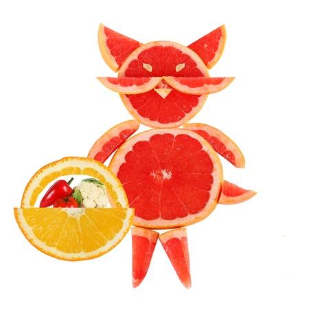 健康的な食事。面白い小さな猫がグレープ フルーツのスライスの作った。