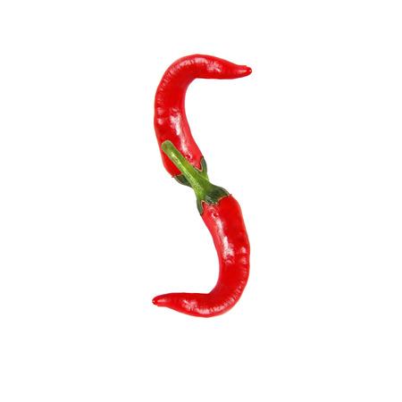 Font heißen roten Chili-Pfeffer isoliert auf weiß gemacht - Buchstabe S