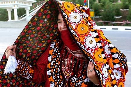 アシガバート、トルクメニスタン - 3 月 10 日。 若いアジア女性の肖像画。伝統的な民族衣装の女性。アシガバート、トルクメニスタン - 2013 年 3 月 1
