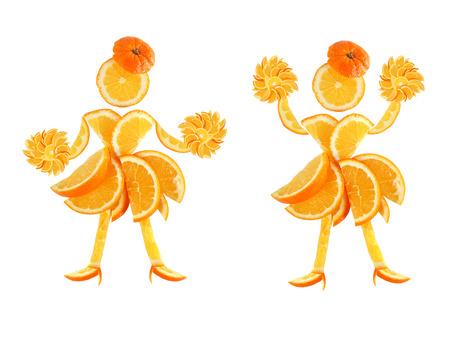 Gesunde Ernährung. Zwei lustige kleine Frauen der orange Scheiben. Lizenzfreie Bilder