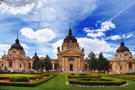 szechenyi: El famoso Szechenyi (Szechenyi) Termas, spa y piscina inin la Varosliget (parque principal de la ciudad de Budapest) Hungr�a Editorial
