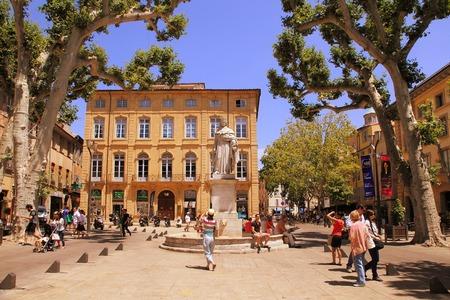 Aix-en-Provence, Frankreich - 1. Juli 2014: Cours Mirabeau, Aix-en-Provence, Provence, Frankreich - 1. Juli 2014