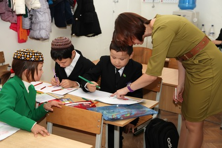 schoolroom: Ashgabad, Turkmenistan - November 4, 2014. Group of students with the teacher  in lesson.  November 4, 2014.  In schools of Turkmenistan annually trains about 900 thousand children.