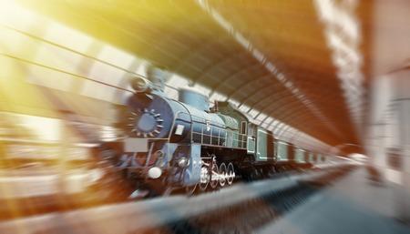 Dampfzug am Bahnhof ankommen. Vintage-Look. Motion verschwommenes Bild.