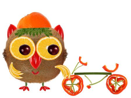 cooking healthy: Concepto de la comida creativa. Little Owl hecha de kiwi y naranja Foto de archivo