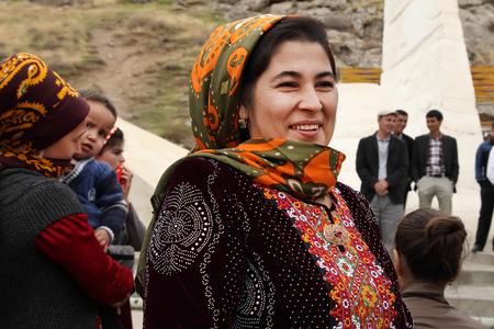 Kov-Ata, Turkmenistan - 18. Oktober Porträt von nicht identifizierten asiatische Frau in einem Kopftuch. Kov-Ata, Turkmenistan - 18. Oktober 2015. Editorial