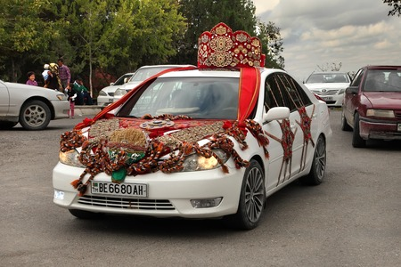 Kov-Ata, Turkmenistan - 18. Oktober: Hochzeitsauto mit turkmenischen nationalen Stil. Kov-Ata, Turkmenistan - 18. Oktober.