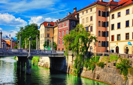 LJUBLJANA, SLOVENIA: Old town embankment in Ljubljana. Ljubljana is the business and cultural center of the country. 免版税图像