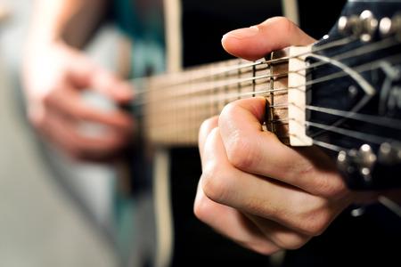 musician: m�sico tocando en la guitarra ac�stica